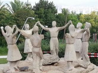 Arranquen sis braços al monument a la sardana de Montjuïc