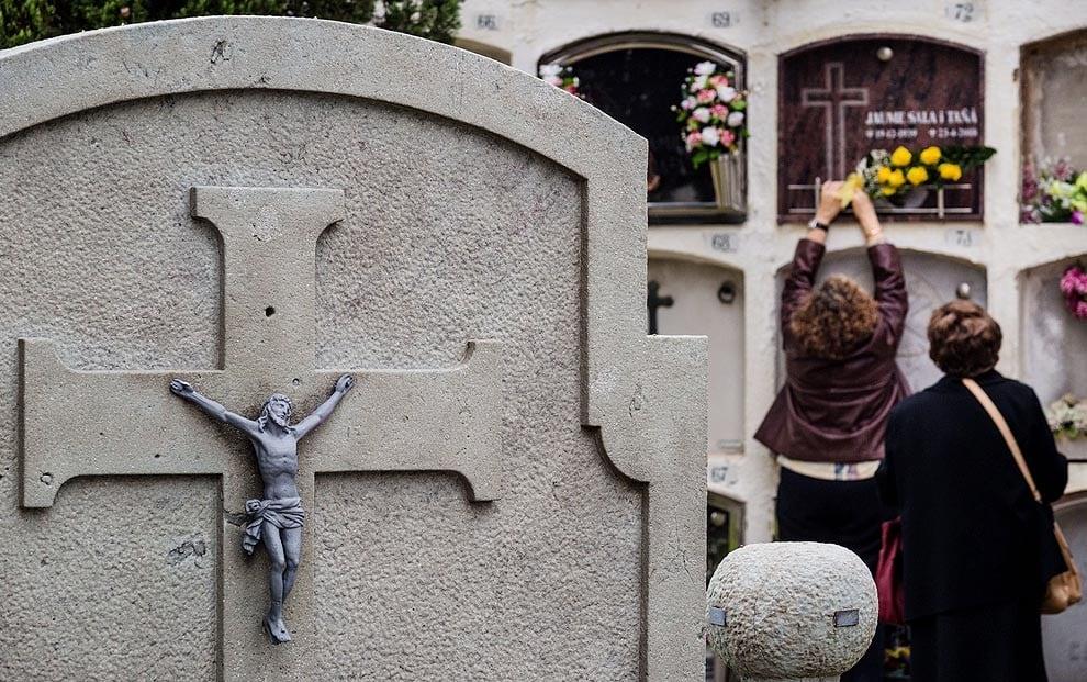 Per Tots Sants, els catalans acudeixen als cementiris