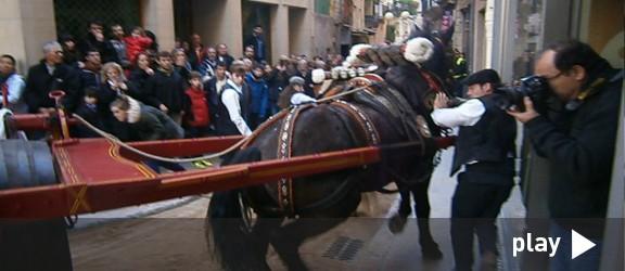 Espectacular vídeo dels carruatges a l'estret pas de la plaça del Blat de Valls