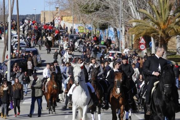 200 cavalls i 30 carruatges reten homenatge a Sant Antoni a Terrassa