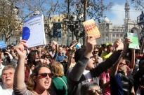 Manifestació amb diccionaris perquè Rita Barberá s'examini del grau mitjà de català