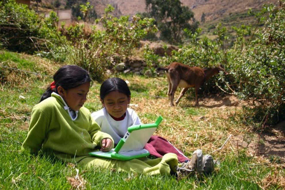 Un projecte ofereix ordinadors als nens amb objectius educatius.