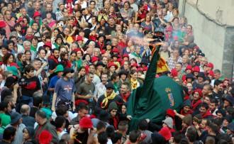La Guita Xica fa mofa del PP a l'inici del Passacarrers de la Patum
