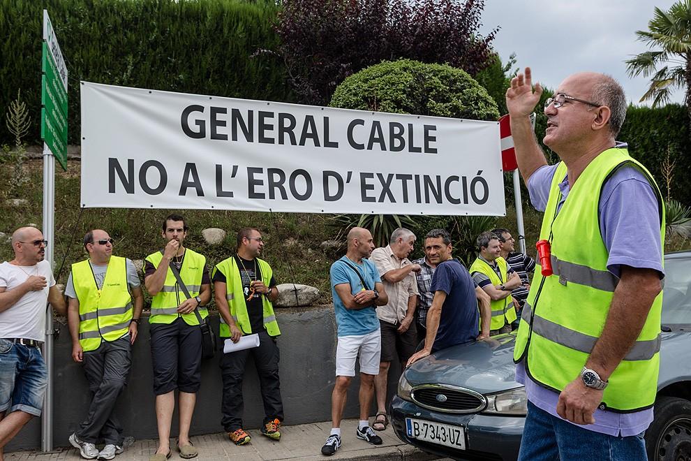 Treballadors de General Cable protestant a l'entrada de l'empresa, el 2015.