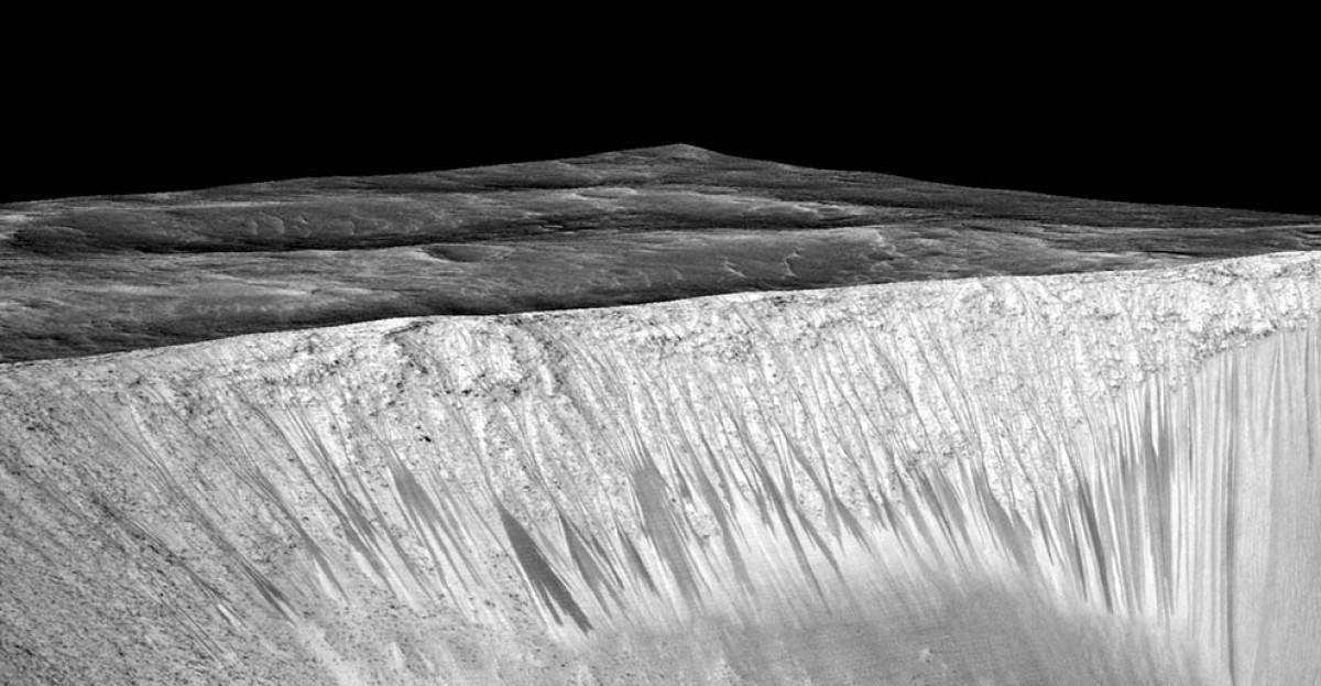 Els reguerols a la superfície del cràter Garni a Mart