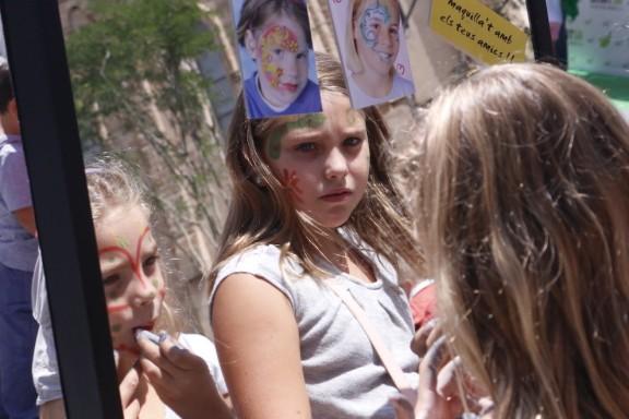 Dues nenes maquillant-se a la plaça Doctor Robert