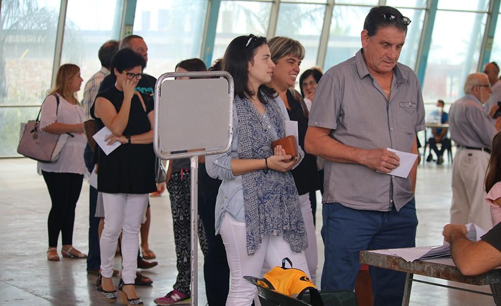 Cues per votar en un col·legi electoral de La Ràpita