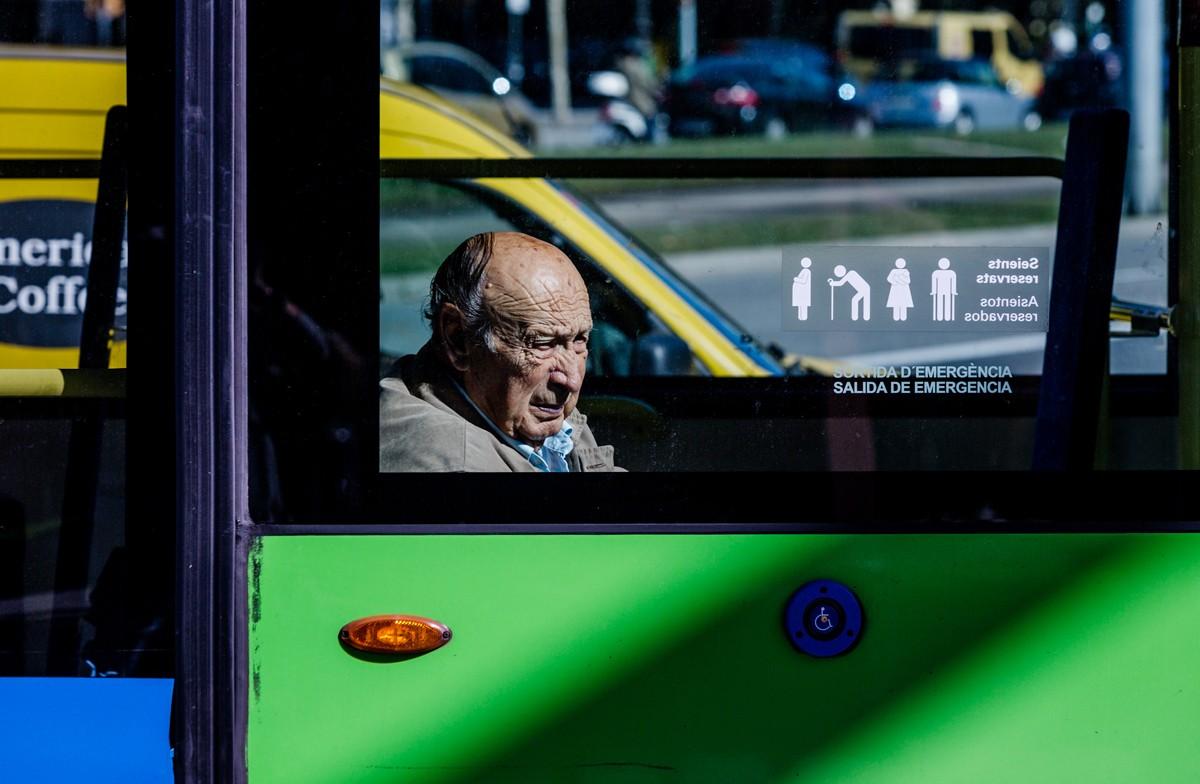 Un jubilat en un bus de Barcelona