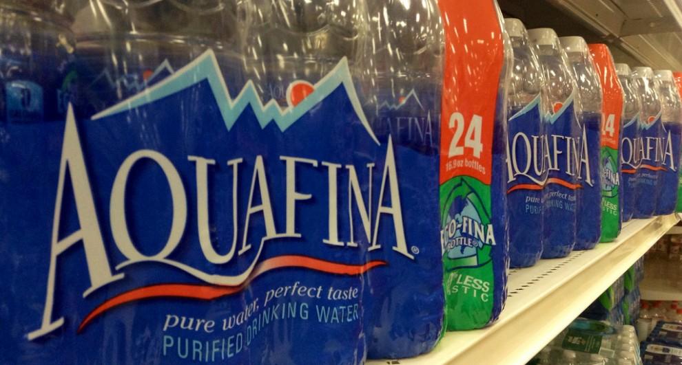 Ampolles d'Aquafina, en un supermercat