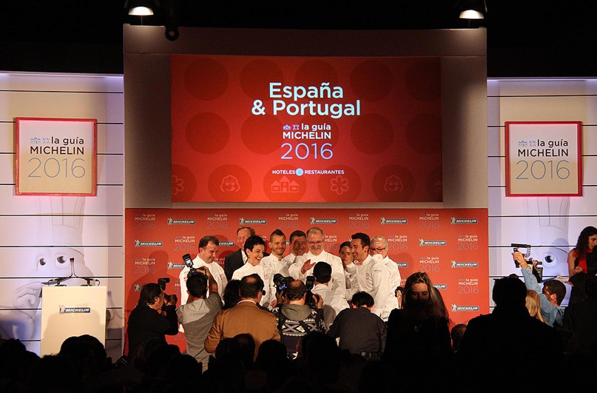 IEls xef dels vuit restaurants que a la Guia Michelin ostenten tres estrelles, a la gala celebrada a Santiago de Compostel·la