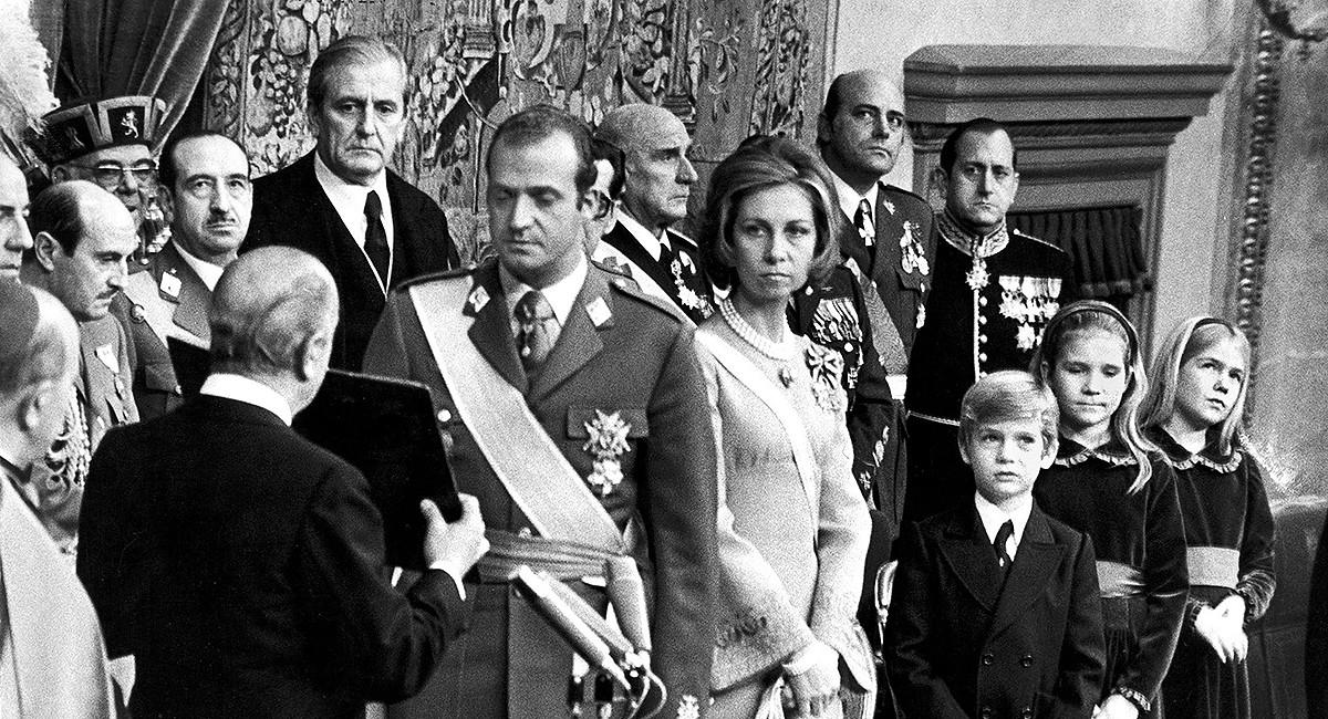 22 de novembre de 1975. Joan Carles de Borbó és proclamat rei per les Corts de Franco.