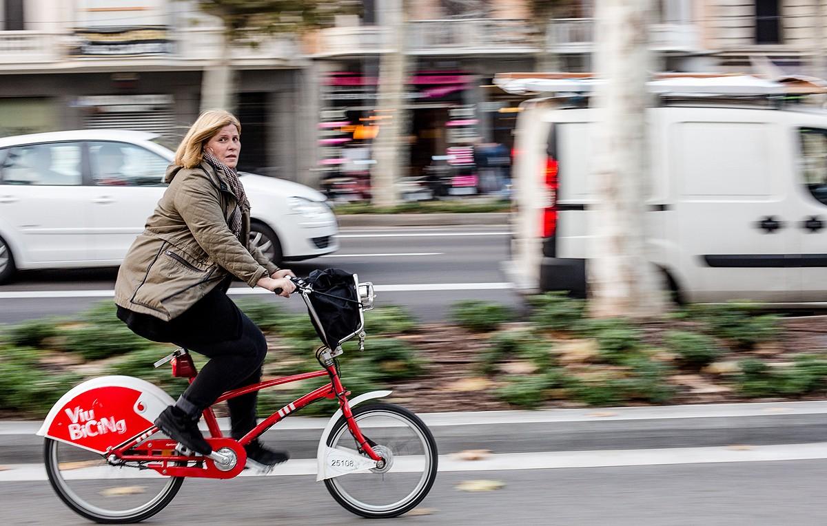 Una ciclista circulant pel carril bici de l'avinguda Diagonal.
