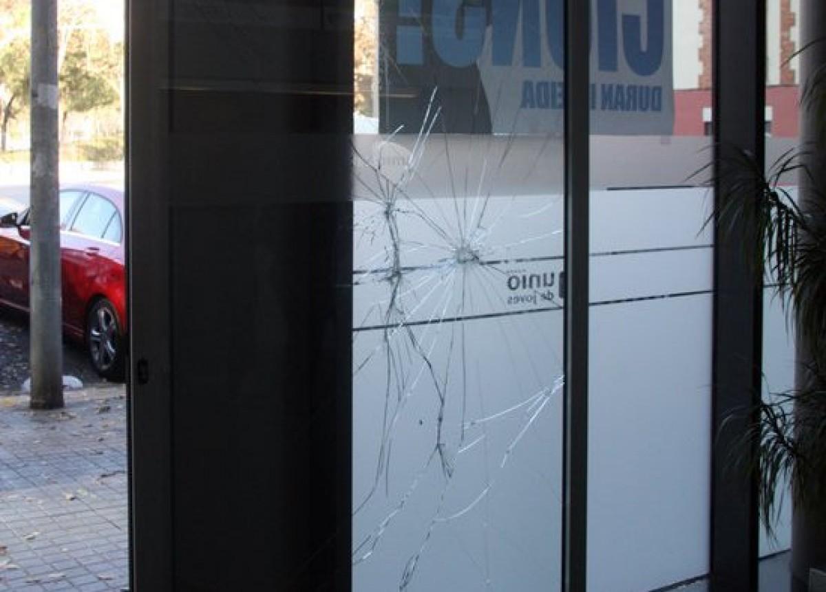 Aspecte de la porta de la seu central d'UDC, aquest dilluns al matí