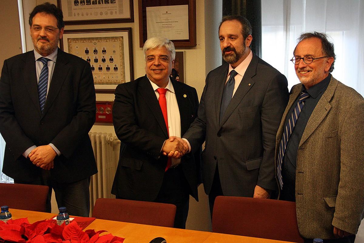 El nou president del Consell de l'Advocacia Catalana, el degà de Barcelona, Oriol Rusca, encaixant la mà amb el seu predecessor, Abel Pié, degà de Manresa