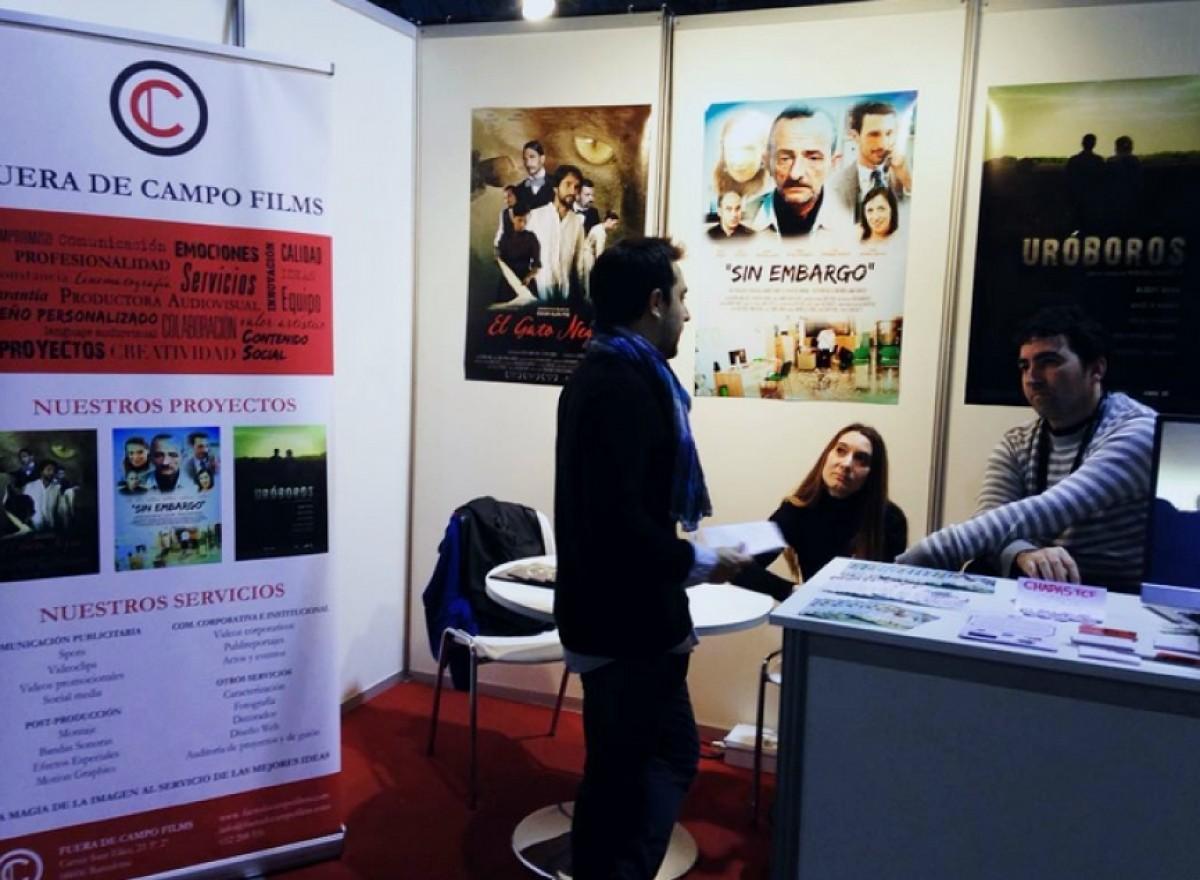 El director de la Cerdanya Film Commission, Jordi Forcada (d'esquena), conversant amb uns dels participants del Saló del Cinema a l'Hospitalet de Llobregat