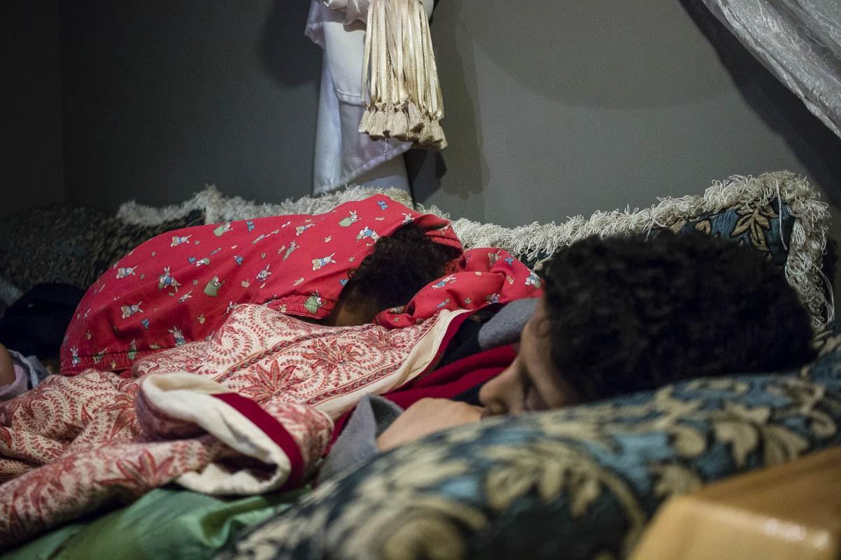 Els fills de Hassan Moujahid sota les mantes del sofà