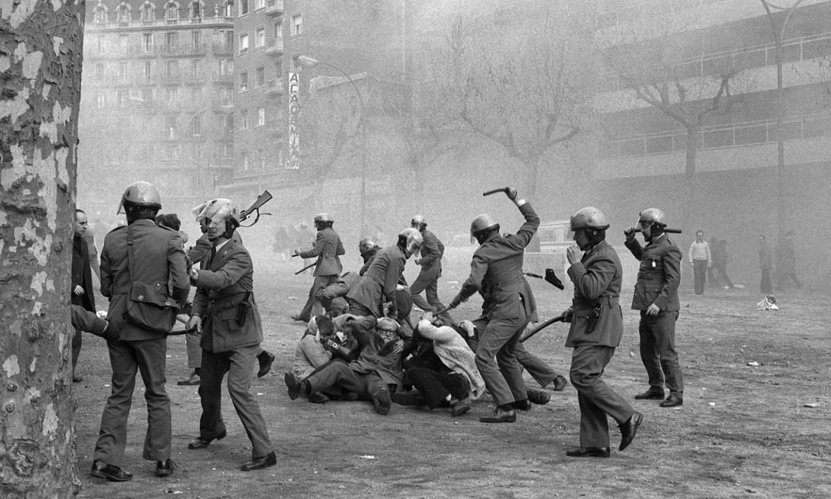 La foto que va donar la volta al món: els policies s'acarnissen amb l'ancià Ferran Garcia Faria i d'altres persones, entre elles Lluís M. Xirinacs