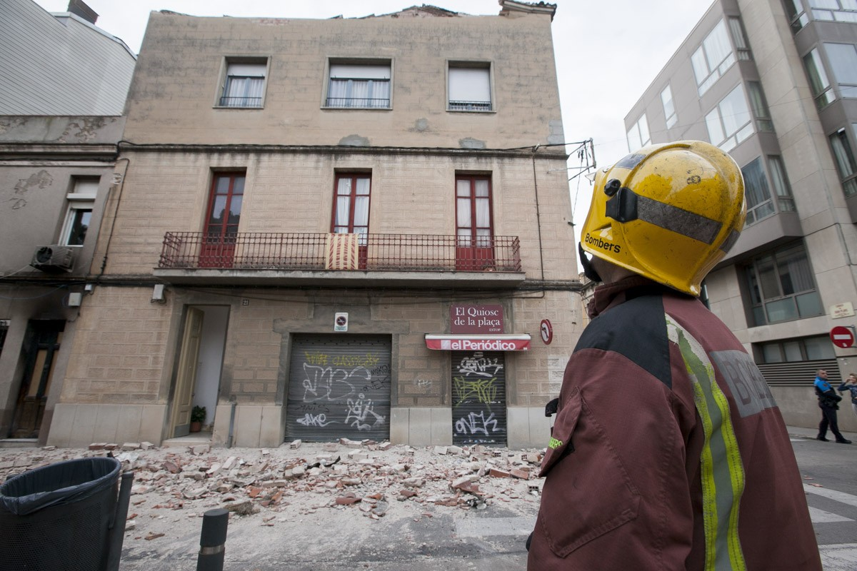 Un bomber contempla la casa afectada