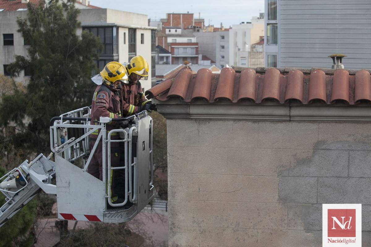 Els Bombers treballen en la teulada.