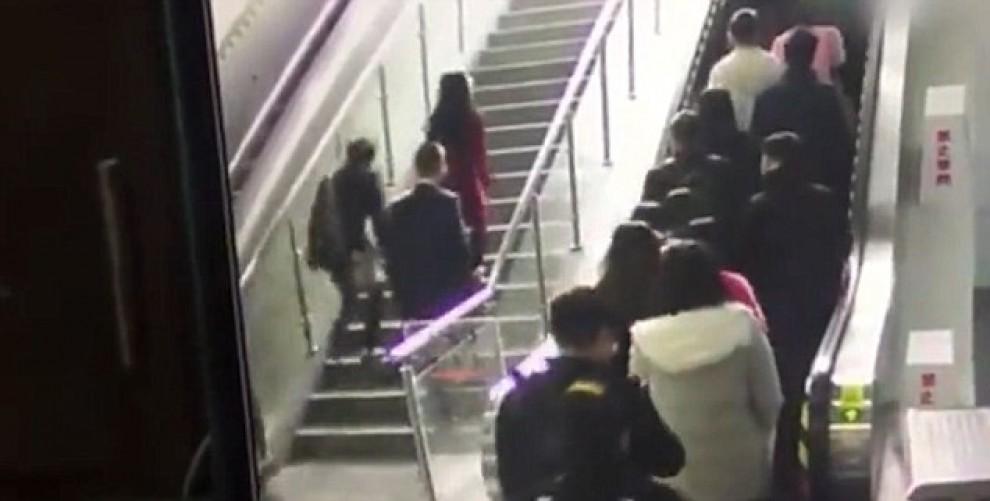 Usuaris del metro xinès caient per les escales mecàniques en invertir el seu sentit