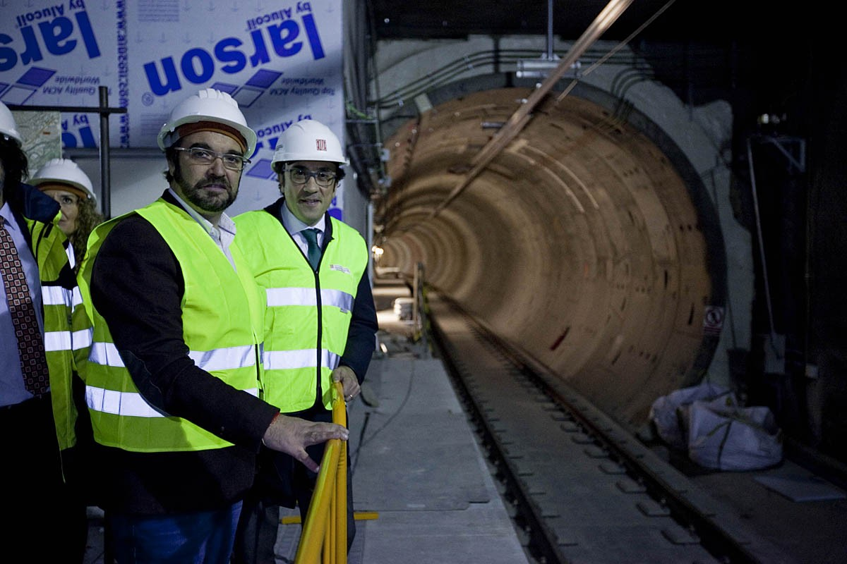 L'alcalde de Sabadell, Juli Fernàndez, i el conseller Josep Rull, a la via del tren