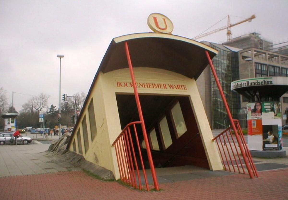 La boca d'entrada a l'estació de Bockenheimer Warte, a Frankfurt