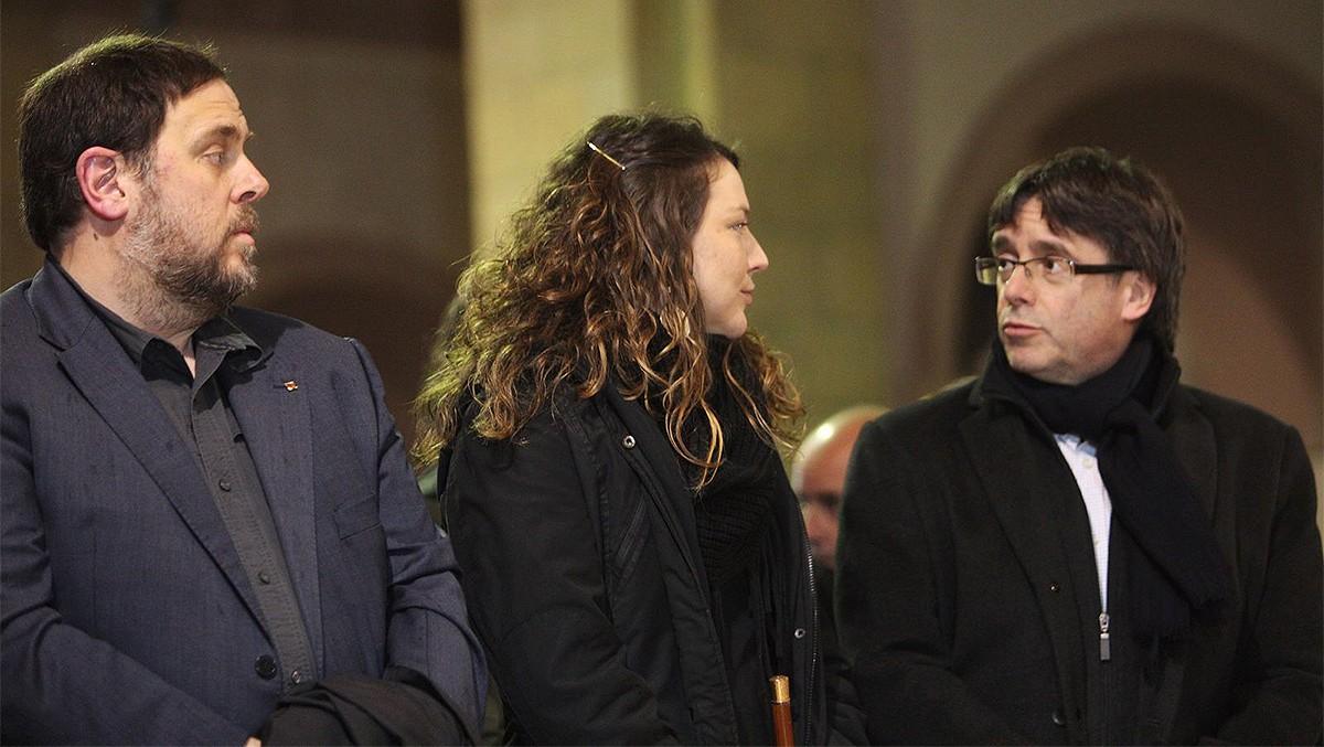 Oriol Junqueras; l'alcaldessa de Berga, Montse Venturós, i Carles Puigdemont, al funeral de mossèn Ballarín