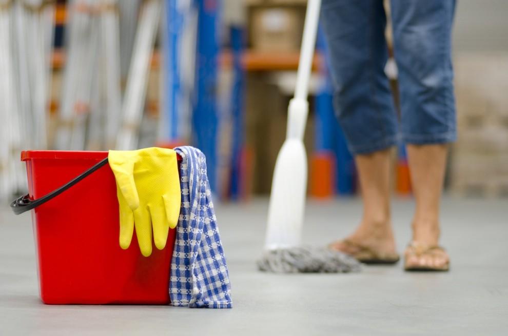 Una dona de la neteja, fregant el terra