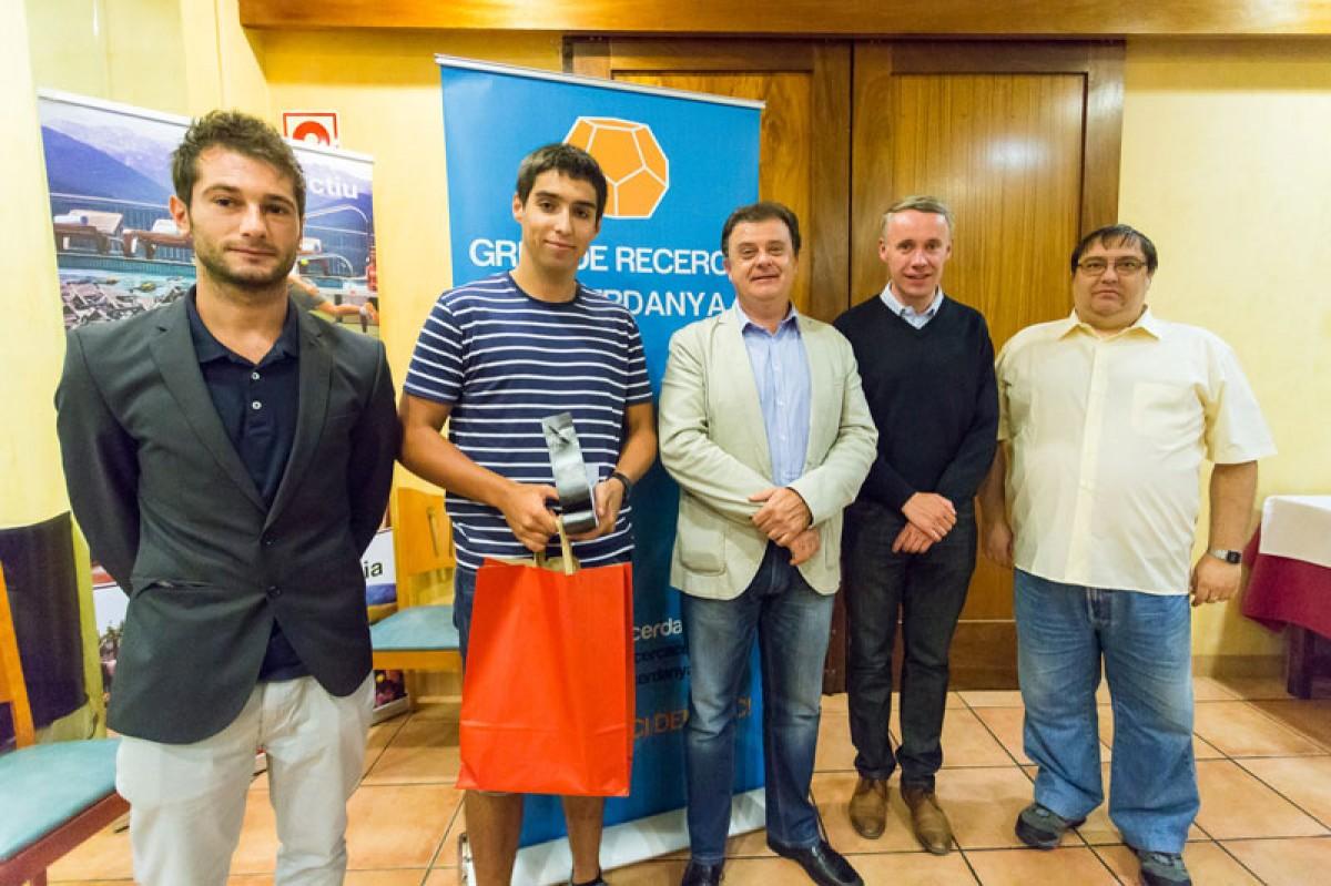 El guanyador de l'edició del 2015, Lluís Serra (segon per l'esquerra), amb alguns membres del jurat del Premi.