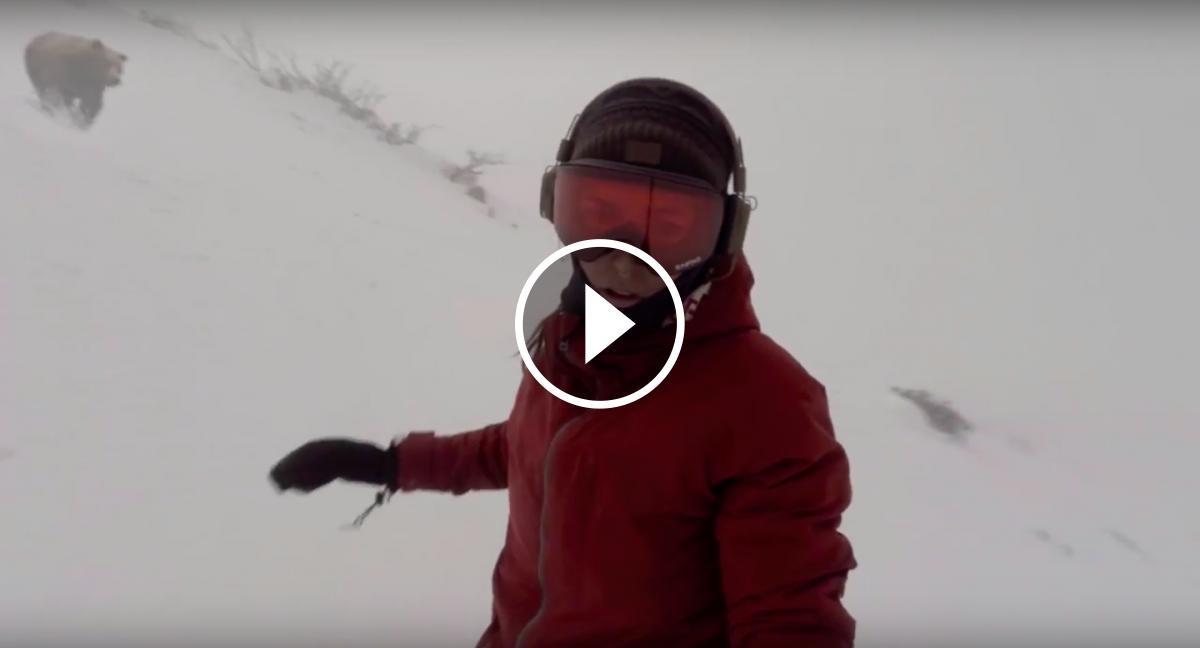 Kelly Murphy descendint per les pistes de Hakyba 47, al Japó, mentre la persegueix un ós