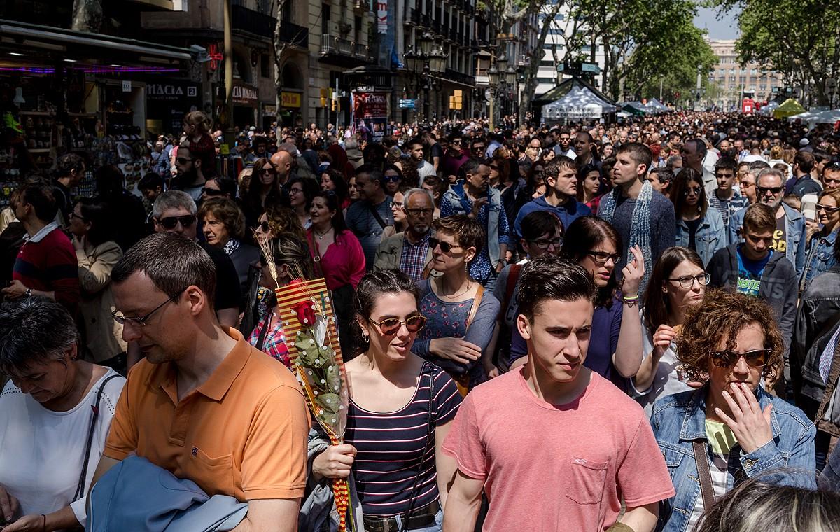 Una parella es fa una «selfie» al mig de La Rambla de Barcelona