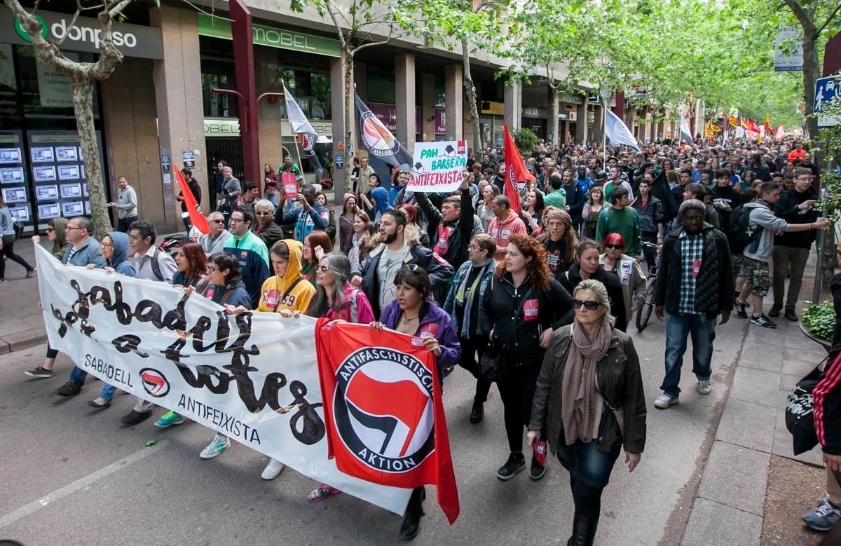 La manifestació antifeixista a Sabadell encapçalada pel lema «Sabadell per a totes»