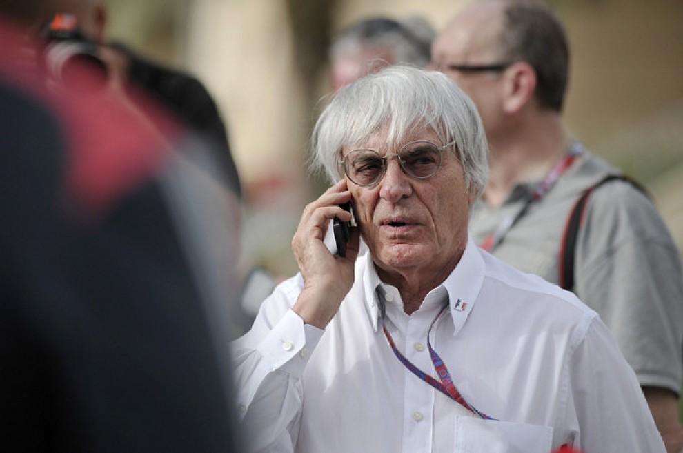 El magnat de la Fórmula 1, Bernie Ecclestone, parlant per telèfon al «paddock» d'un circuit