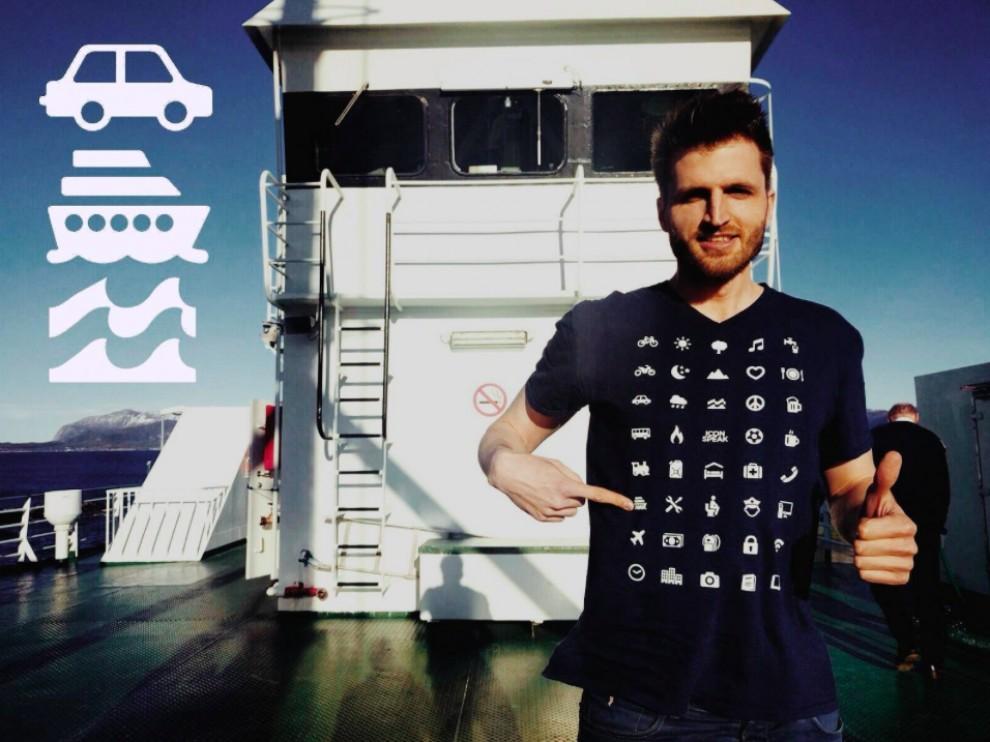 Un jove exemplificant l'utilitat d'aquesta samarreta quan viatges a l'estranger