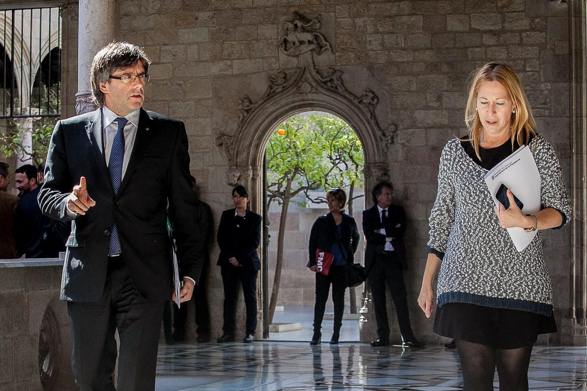 Carles Puigdemont i Neus Munté a la sala de premsa del Palau de la Generalitat