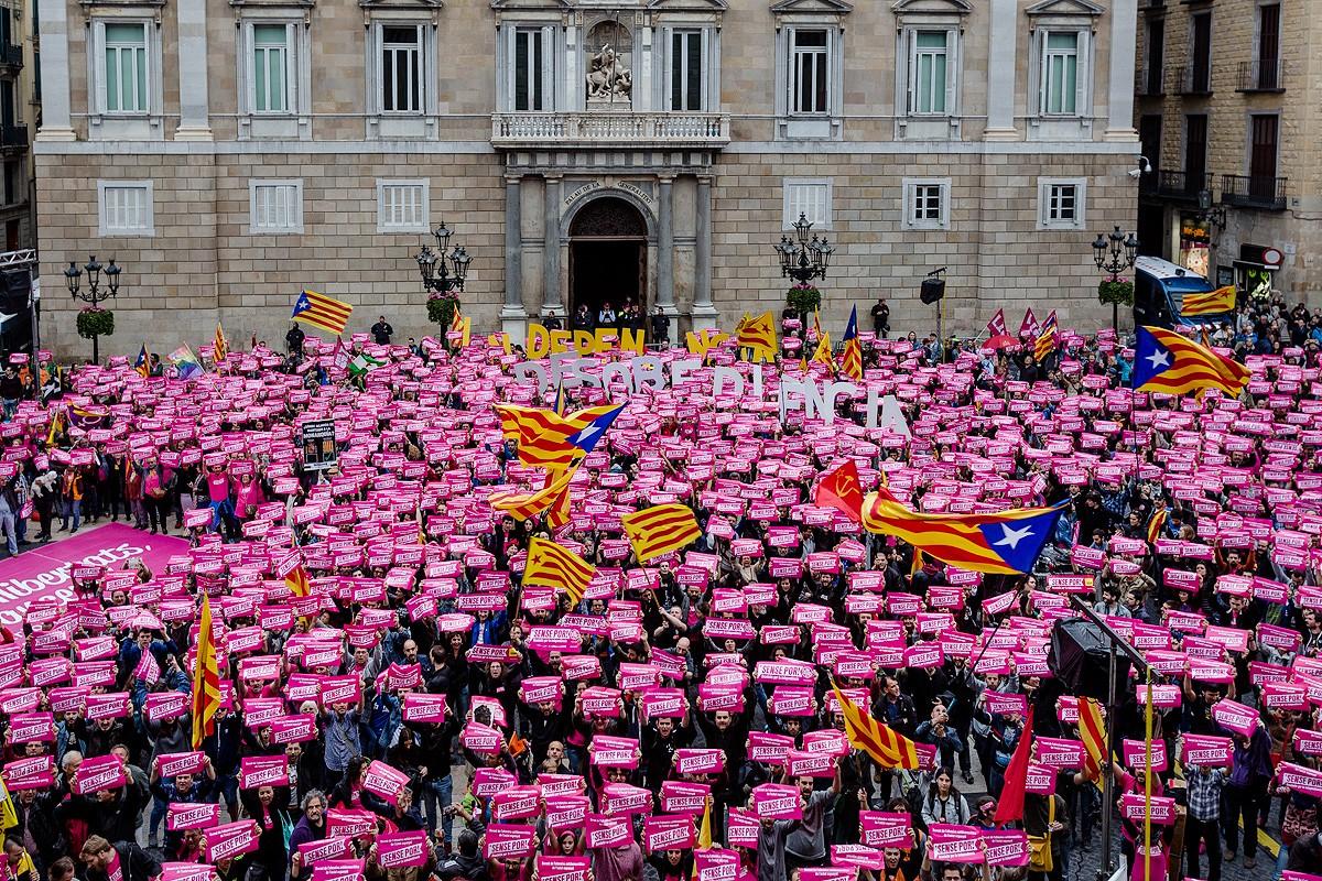 La manifestació de la CUP, en arribar a la plaça Sant Jaume