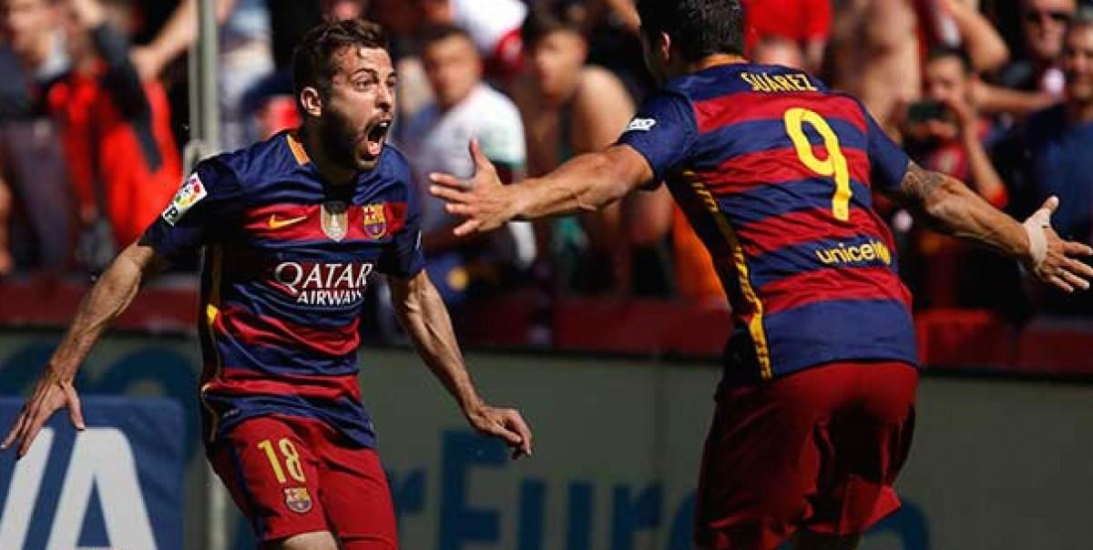 Jordi Alba celebra un gol del FC Barcelona, al costat de Luis Suárez, en una imatge d'arxiu.