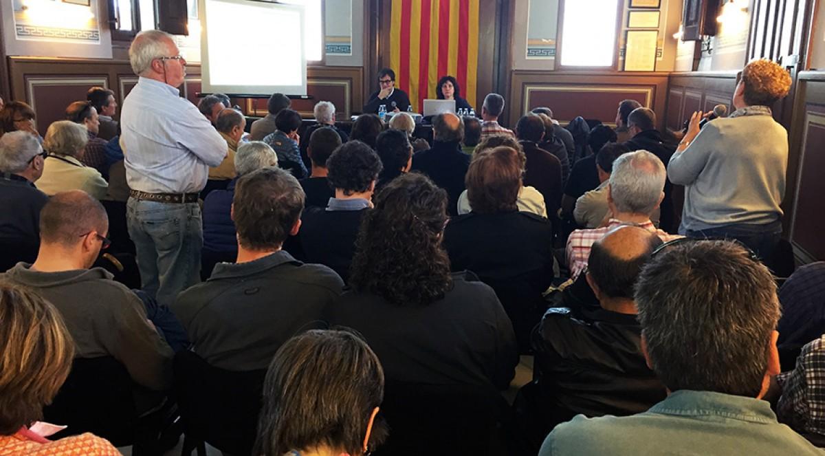 La sala d'actes de l'Ajuntament de Das, plena a vessar, aquest dissabte. Núria Martí (de peu, a la dreta), de l'Associació Salvem la Molina, pregunta pel projecte