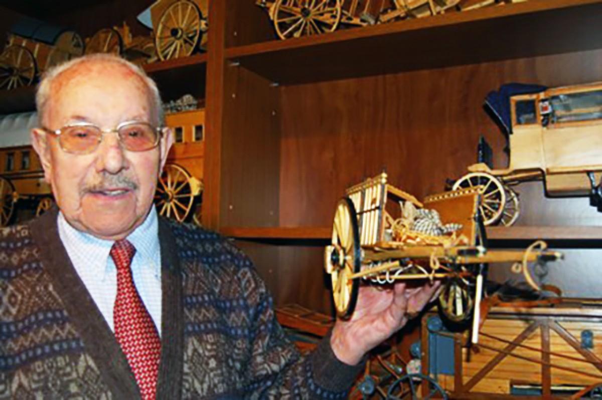 El maquetista i miniaturista Joaquim Bosom, en una imatge d'arxiu, ensenya una de les seves maquetes