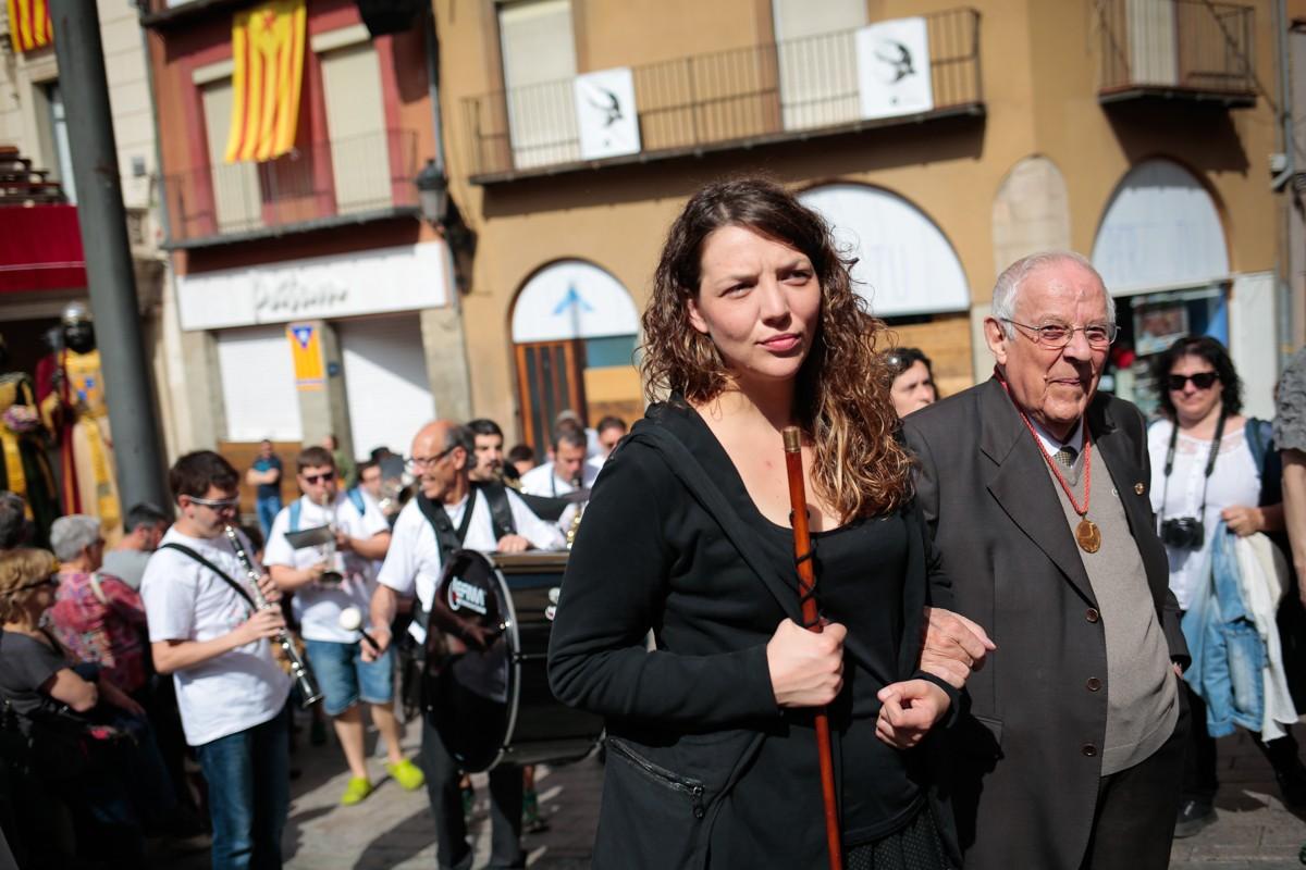 L'alcaldessa de Berga, Montse Venturós, amb la vara d'alcaldia anant cap a l'església.
