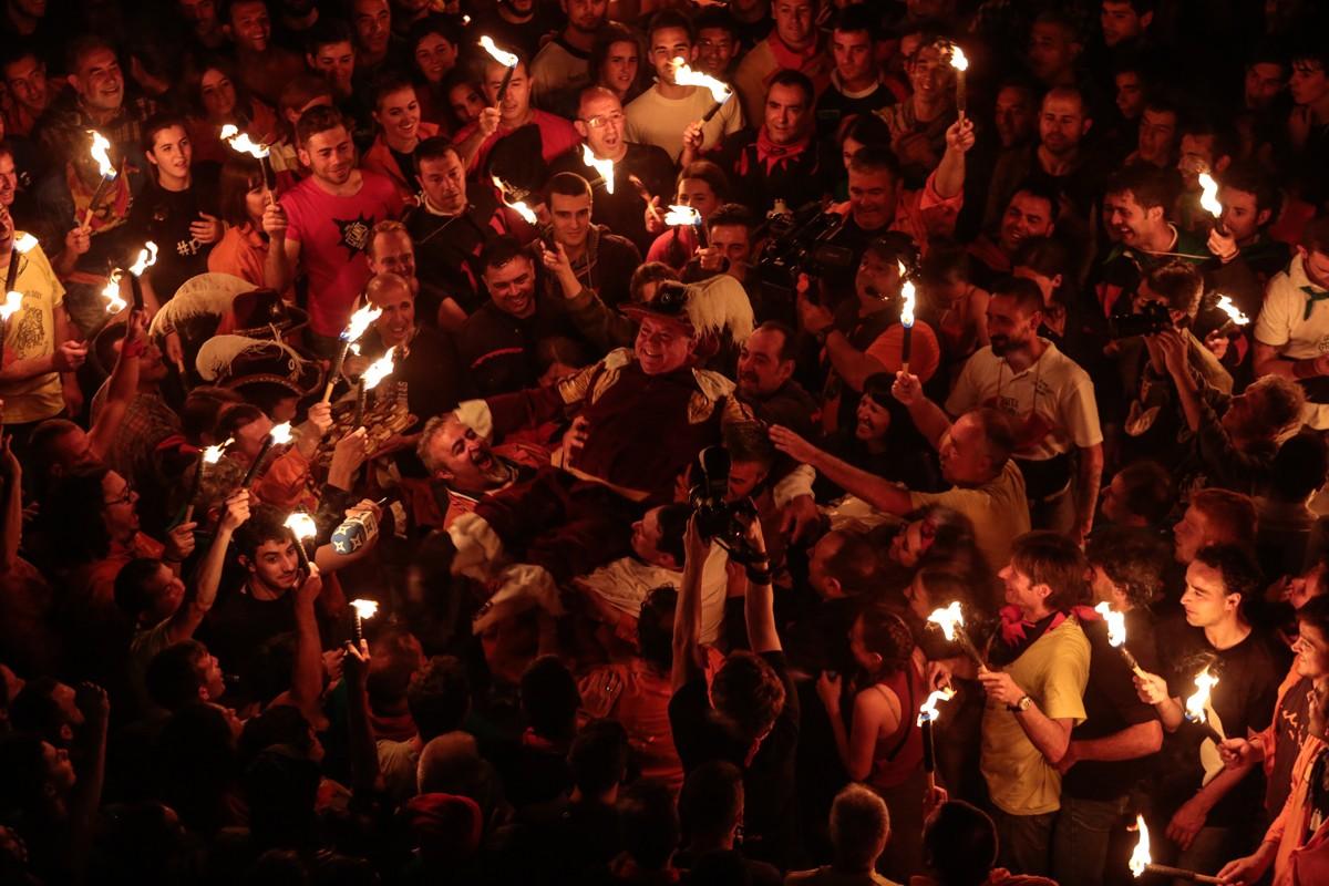 L'antic tabaler, Carles Prat, envoltat d'espelmes al mig de la plaça de Sant Pere.