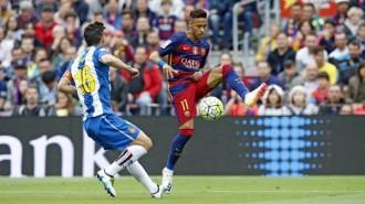 El Barça goleja l'Espanyol però la Lliga continua sense campió