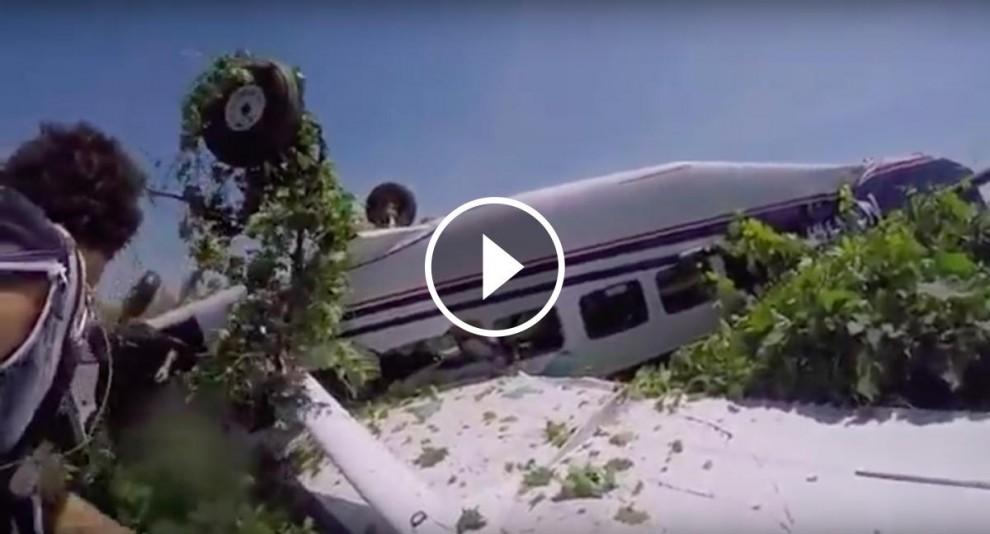 L'avioneta de cap per avall després de l'accident