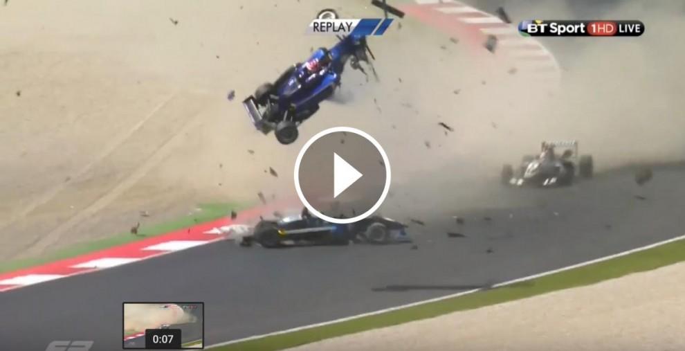Els cotxes de Zhi Cong Li i Pedro Piquet, envestint Ryan Tveter