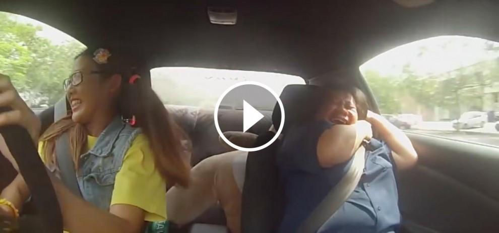 La pilot professional, Leona Chin, circulant a alta velocitat amb una examinadora molt espantada com a copilot