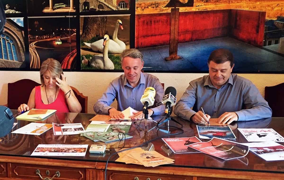 Presentació de les activitats de la Setmana Cultural del Roser. Ramón, Piñeira i Piguillem (d'esquerra a dreta)