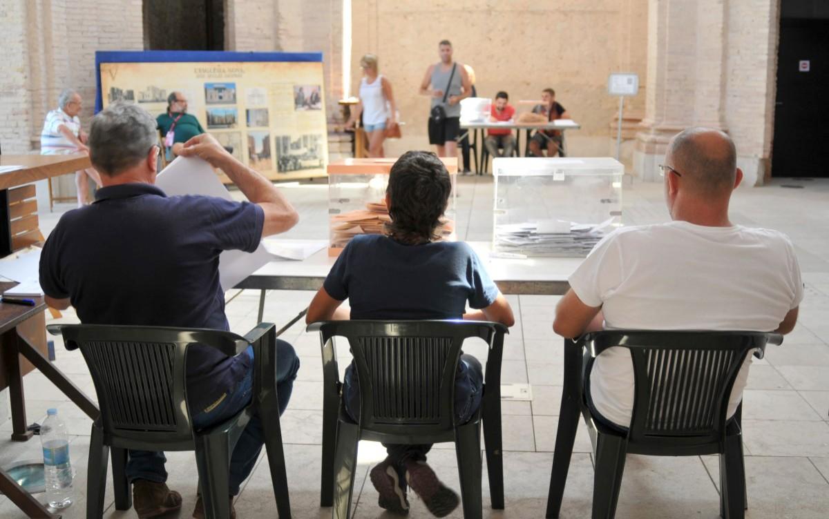 Una de les meses electorals, este matí, a la Ràpita.