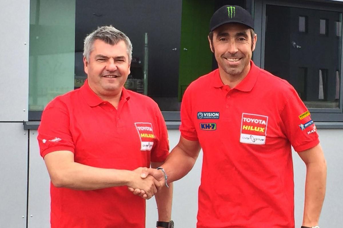 Nani Roma amb els responsables de l'equip Toyota Overdrive