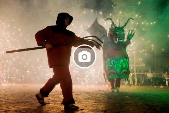 FOTOS de la 22a Nit del Foc amb el Bitxo del Torrent Mitger de Terrassa