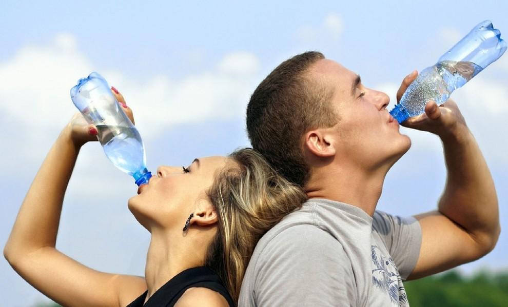 Una noia i un noi  bebent aigua